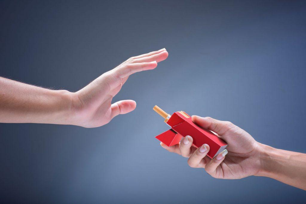 Cigarettával kínálnal valaki, aki visszautasítja azt