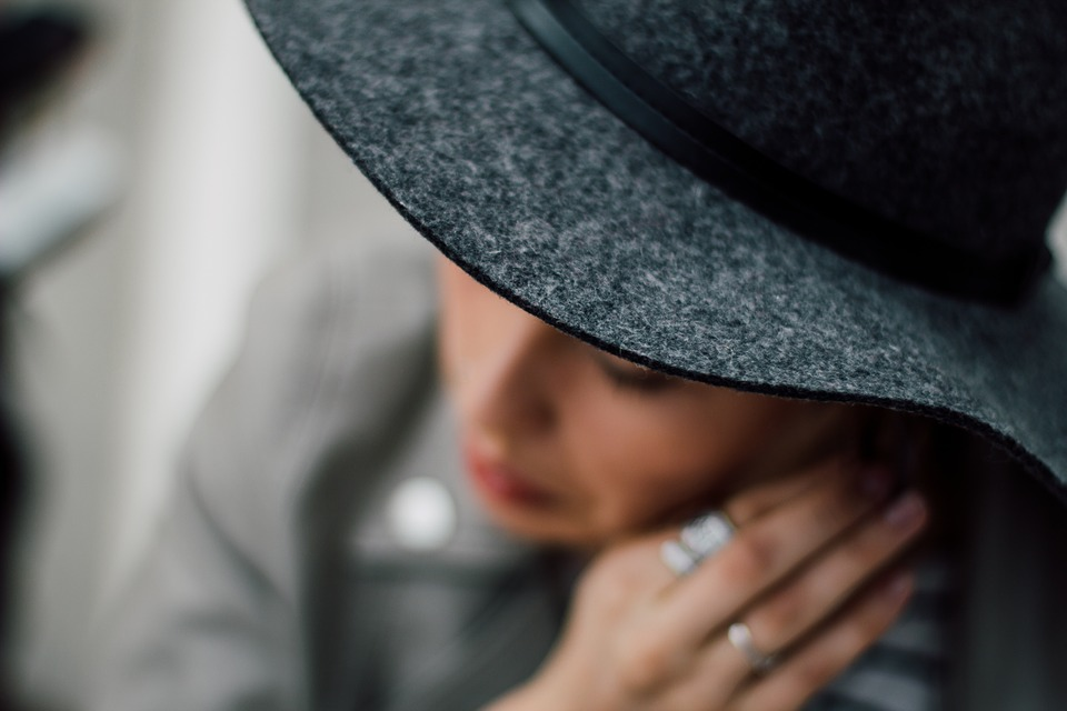 Elegáns nő kalapban