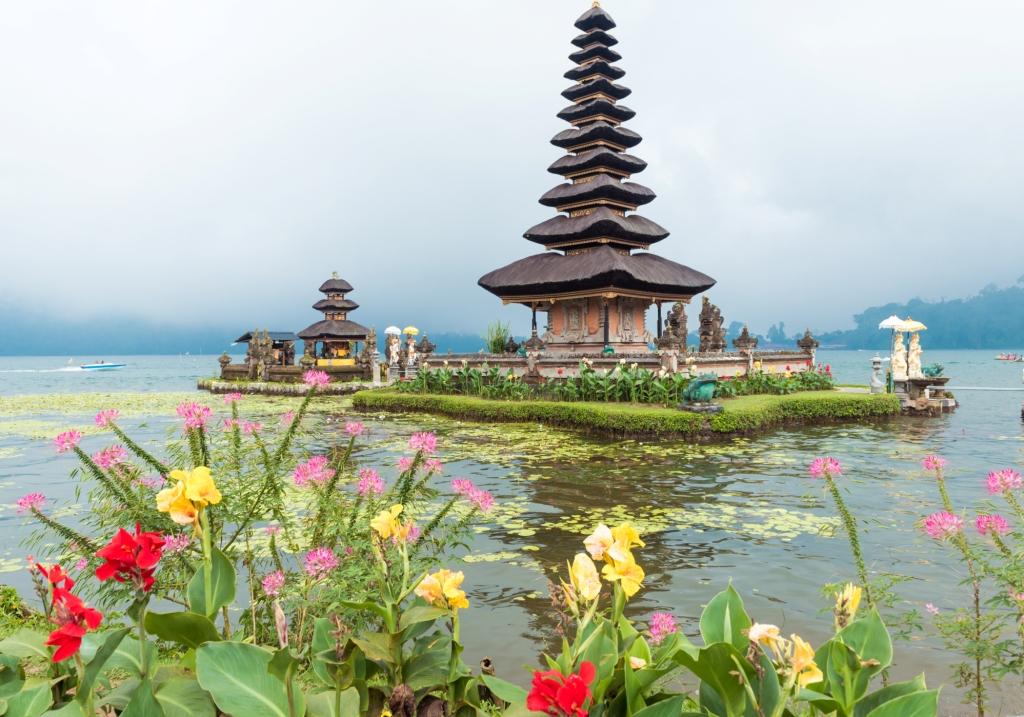 Vízi templon a Bratan tóban.