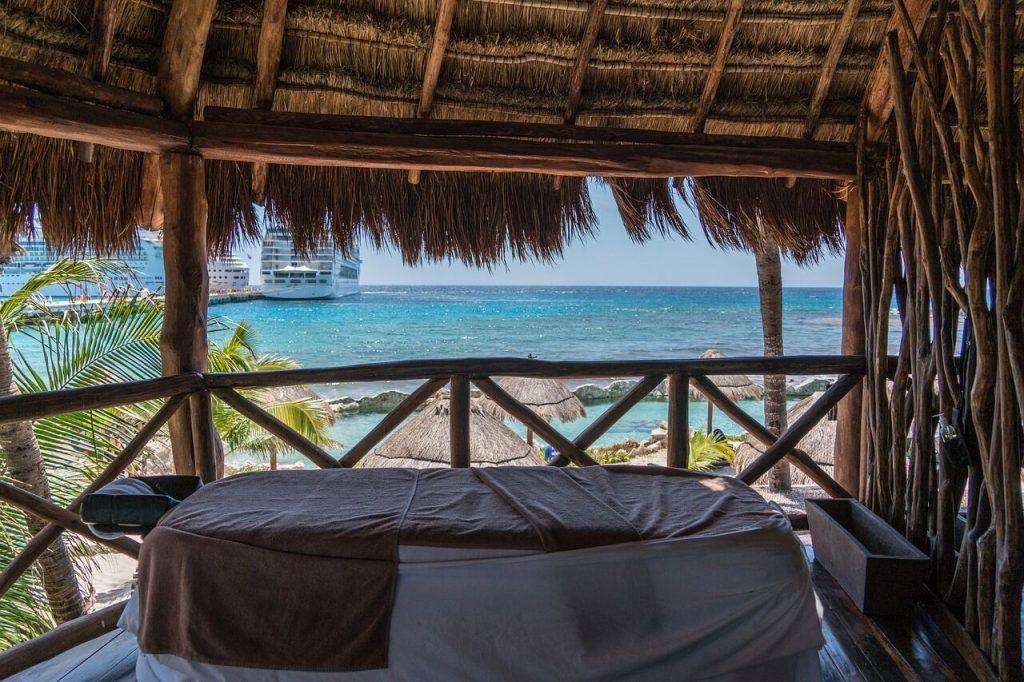 Bungaló a polinéz szigetvilág egyik szigetén masszázsággyal.