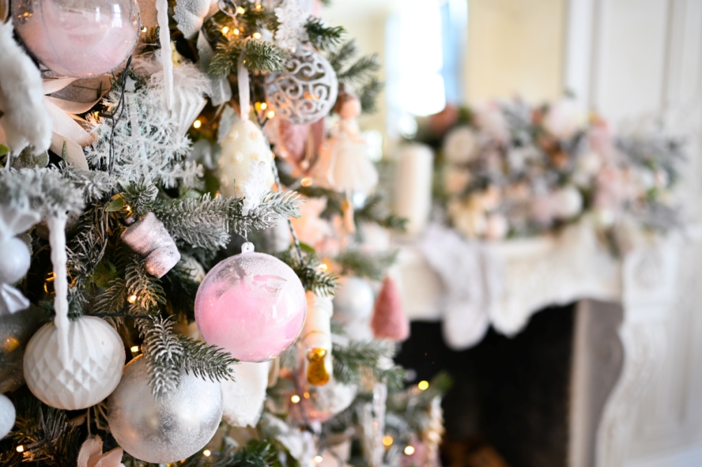 Halvány pink díszítésű karácsonyfa