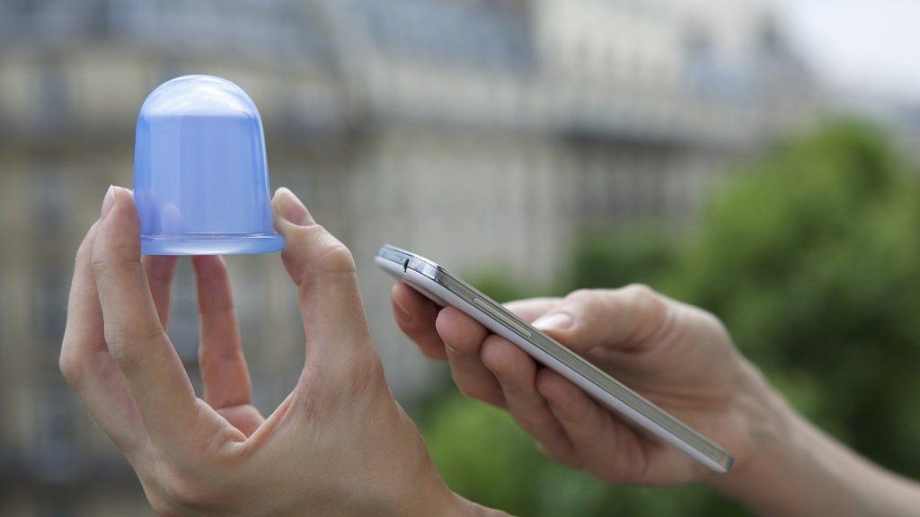 Gumiharang az egyik kézben, a másikban pedig egy mobiltelefon, hogy érezni lehessen a méreteket.
