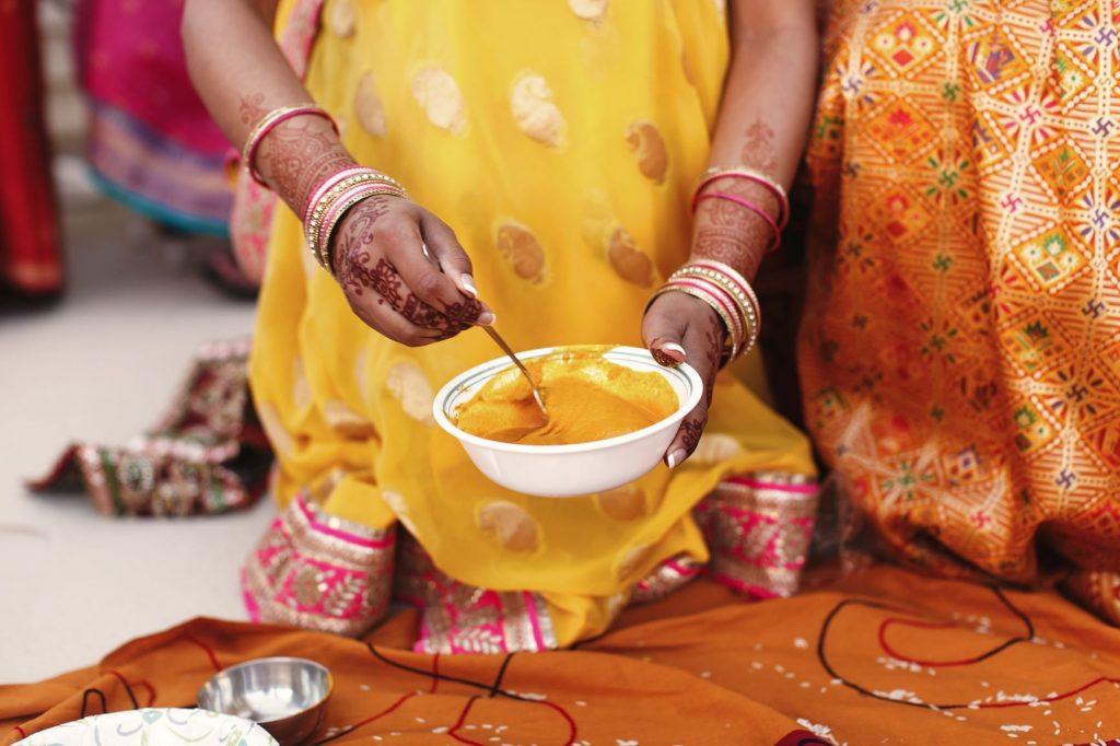 Színe ruhában lévő indiai asszsony